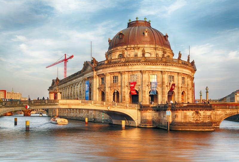 Пообещанный музей в Берлине на заходе солнца стоковые изображения