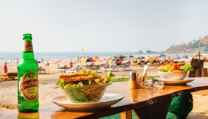 Пообедайте с салатом и пивом на Arambol с видом на море стоковое изображение rf