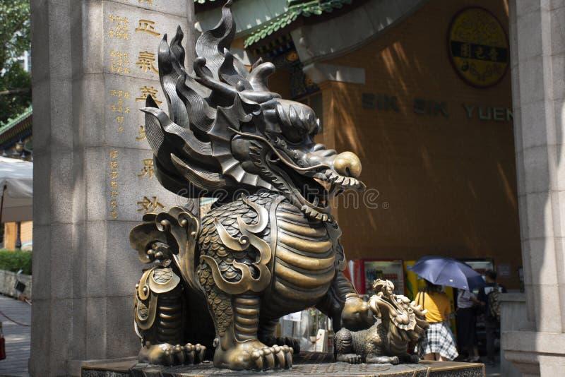 Попечитель дракона Qilin камня скульптуры на входе Wong Tai Sin Temple на Kowloon в Гонконге, Китае стоковая фотография