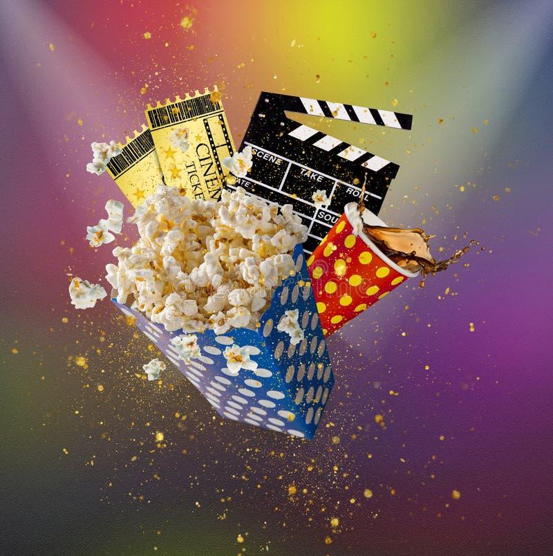Попкорн, билеты кино, clapperboard и другие вещи в движении стоковая фотография