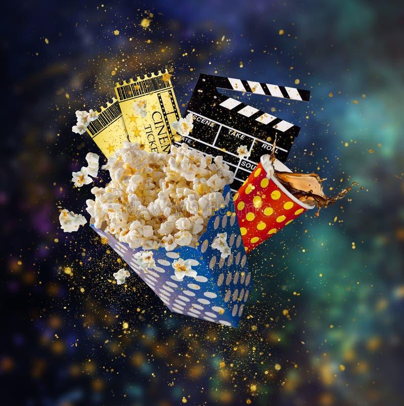 Попкорн, билеты фильма, clapperboard и другие вещи в движении стоковые изображения