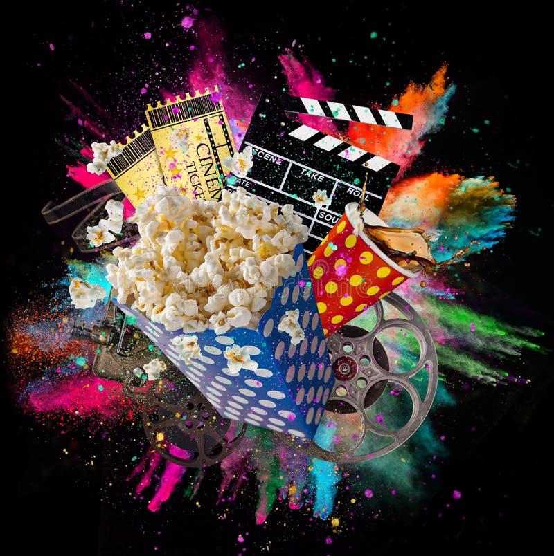 Попкорн, билеты кино, clapperboard и другие вещи в движении стоковое фото
