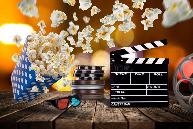 Попкорн, билеты кино, clapperboard и другие вещи в движении стоковая фотография rf