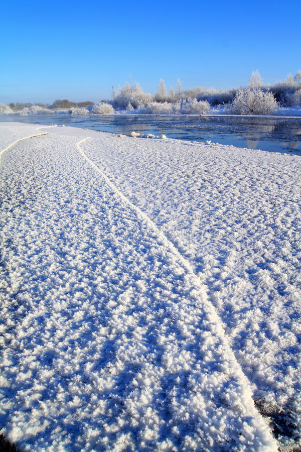 поплавайте вдоль побережья зима реки стоковая фотография rf