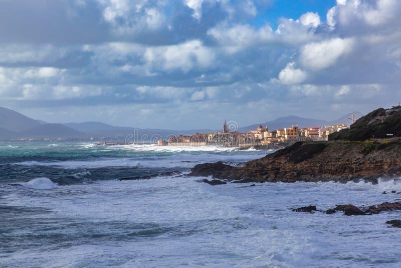 Поплавайте вдоль побережья около городка Alghero, Сардинии стоковые фотографии rf