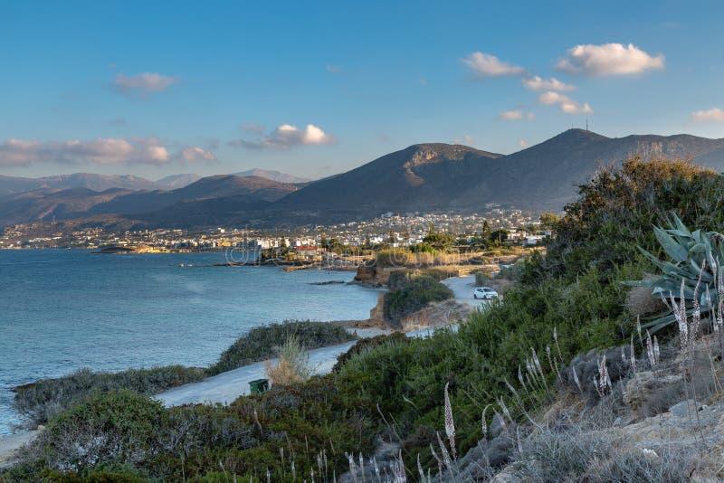 Поплавайте вдоль побережья около городка Sarantaris, Крита, Греции стоковая фотография