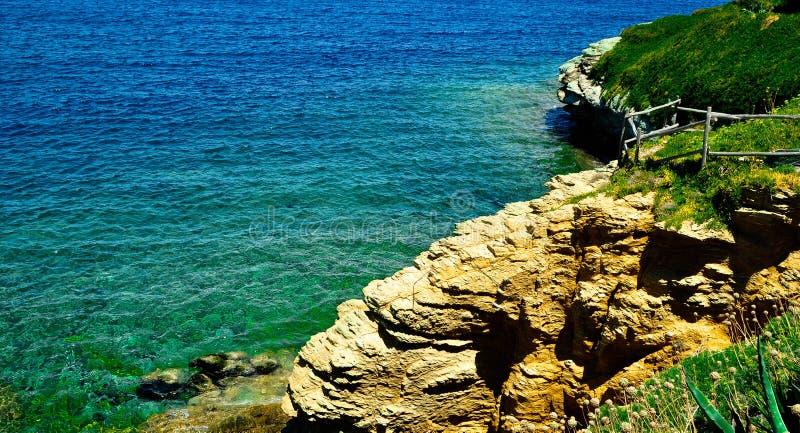 поплавайте вдоль побережья утесистое стоковая фотография