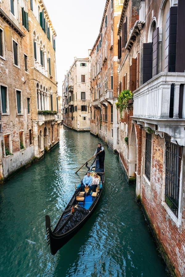 Поплавки гондолы до узкое canalof Венеция, Италия стоковые изображения