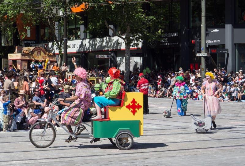"""Поплавки """"клоуны фантазии на велосипеде """"выполняют в параде 2018 торжества рождества кредитного союза стоковая фотография rf"""