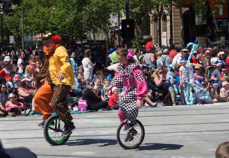 """Поплавки """"клоуны фантазии на одном велосипеде колеса """"выполняют в параде 2018 торжества рождества кредитного союза стоковое изображение"""