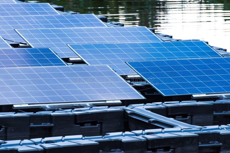 Поплавок станции солнечной энергии на воде стоковое фото rf