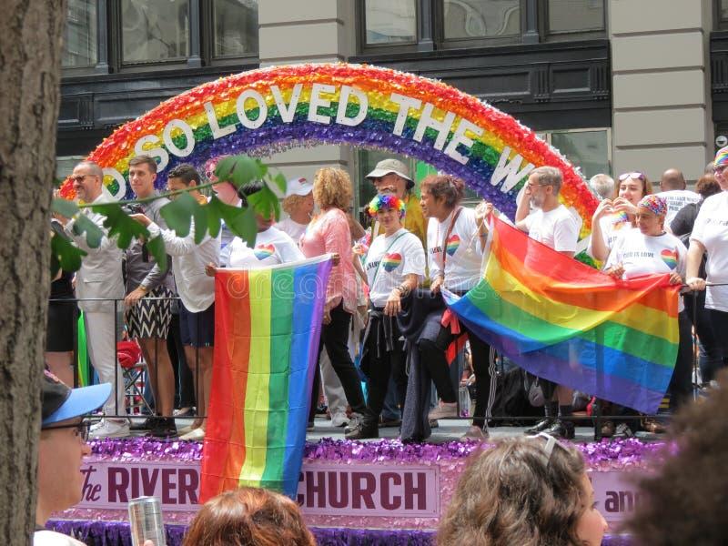 Поплавок церков берега реки во время гей-парада Нью-Йорка стоковая фотография
