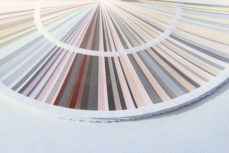 Попробуйте каталог цветов, колесо цвета выбирая тон краски стоковое фото