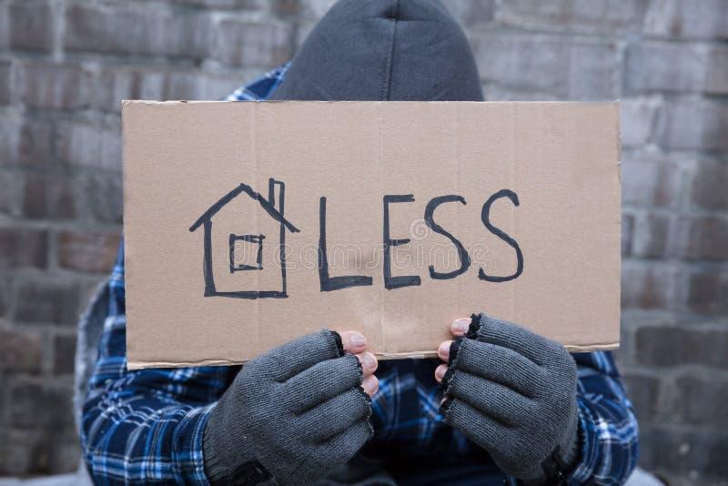 Попрошайка проводя бездомный плакат стоковые фотографии rf