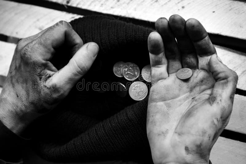 Попрошайка рассматривает монетки черная девушка прячет белизну рубашки съемки s человека стоковые изображения