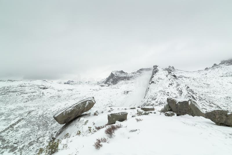 Популярная достопримечательность в зимнем времени вися утес, западные горы Sayan, природный парк Ergaki, Сибирь стоковое фото rf