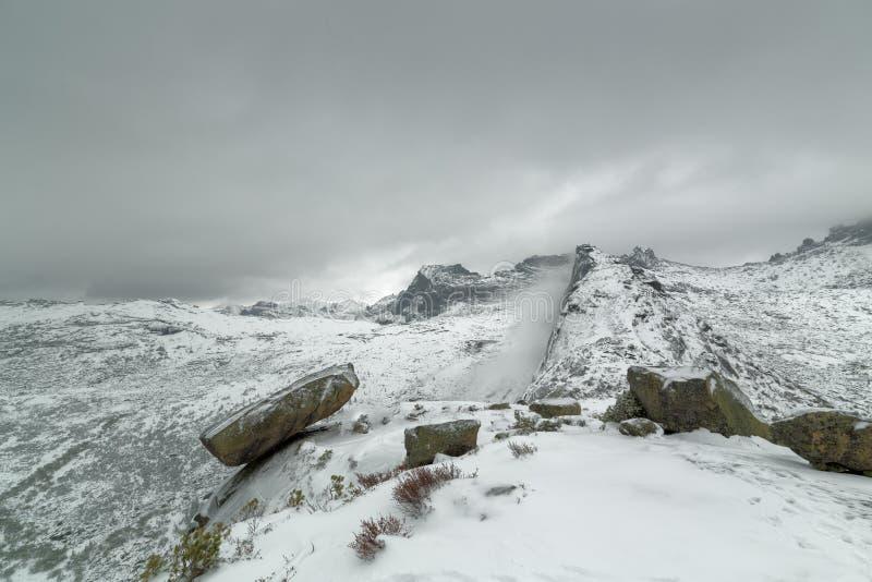 Популярная достопримечательность в зимнем времени вися утес, западные горы Sayan, природный парк Ergaki, Сибирь стоковое изображение