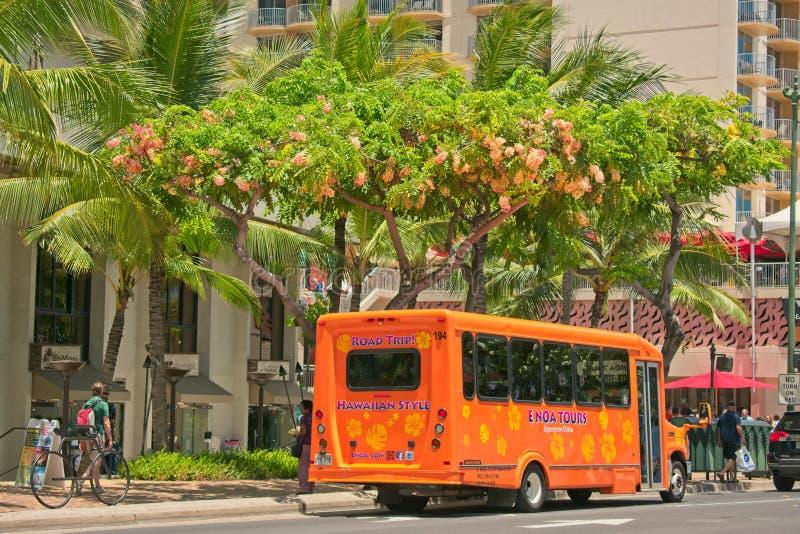 Популярный туристический автобус на Kalakaua Ave в Waikiki, Гаваи стоковая фотография