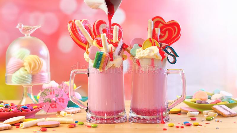 Популярный урод клубники тенденции трясет milkshakes стоковые фотографии rf