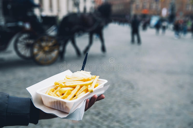 Популярная высококалорийная вредная пища улицы в Брюгге, Бельгии французские фраи с стоковая фотография rf