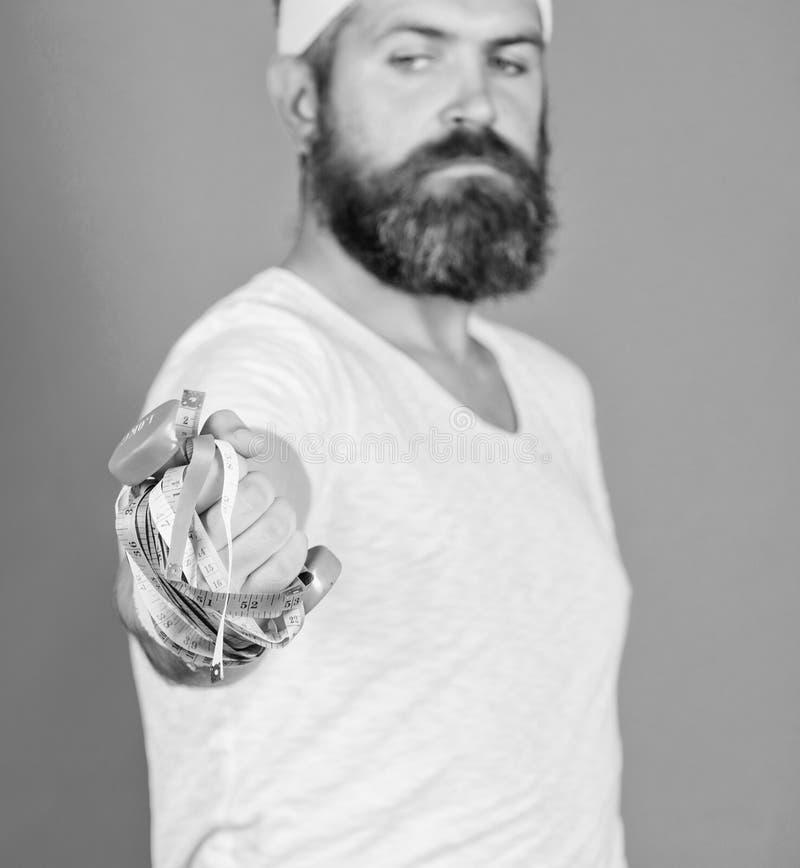 Попытка уменьшить спуск Ожог калории во время и после тренировки фитнеса Потеря веса Фитнес и здоровье Человек бородатый стоковое фото rf
