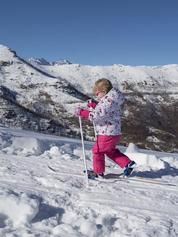 Попытки маленькой девочки, который нужно кататься на лыжах стоковая фотография rf