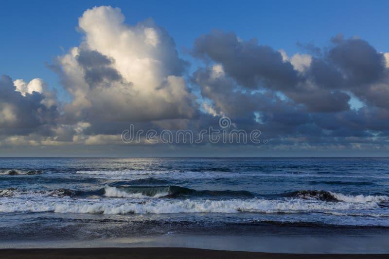 Поплавайте вдоль побережья городок жулика Sao на острове Sao Мигеля стоковые изображения rf