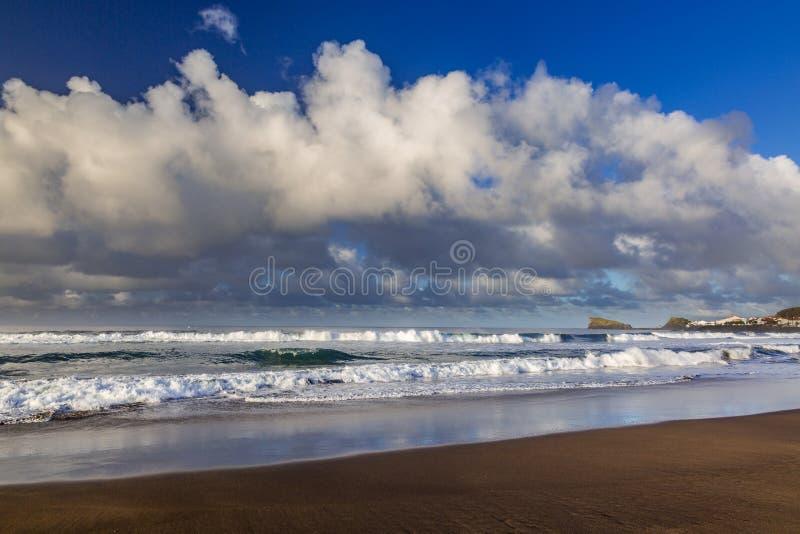 Поплавайте вдоль побережья городок жулика Sao на острове Sao Мигеля стоковое изображение rf