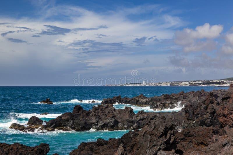 Поплавайте вдоль побережья городок Lagoa на острове Sao Мигеля стоковое изображение