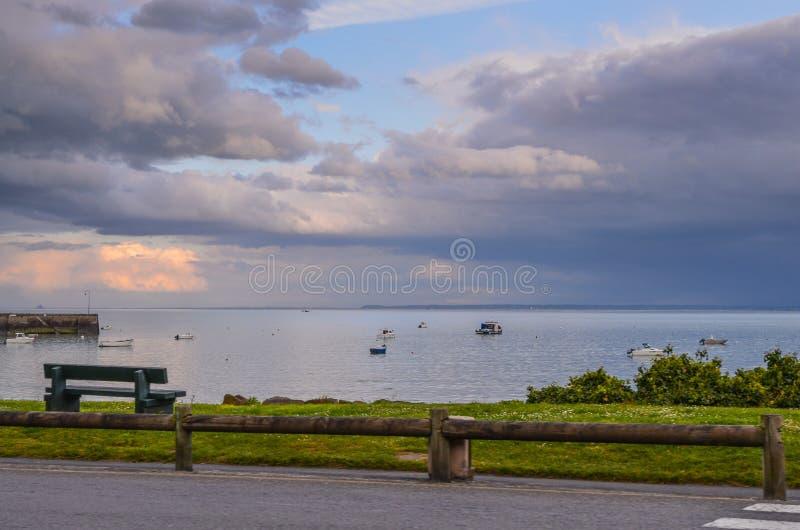 Поплавайте вдоль побережья заход солнца a вечер Reminds распятие стоковые фотографии rf