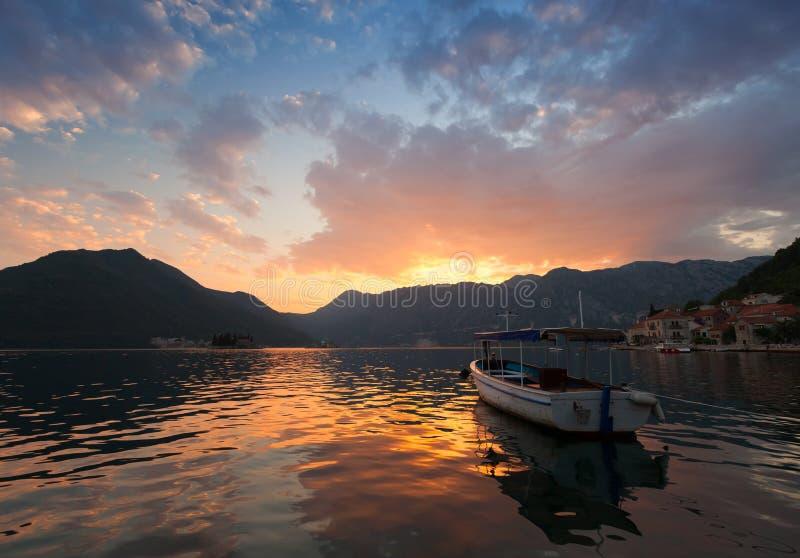 Поплавки маленькой лодки причаленные в заливе Kotor стоковое фото