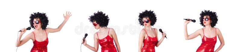 Поп-звезда с mic в красном платье на белизне стоковые изображения