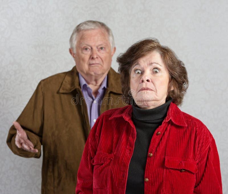 Поражанная женщина около человека стоковое фото