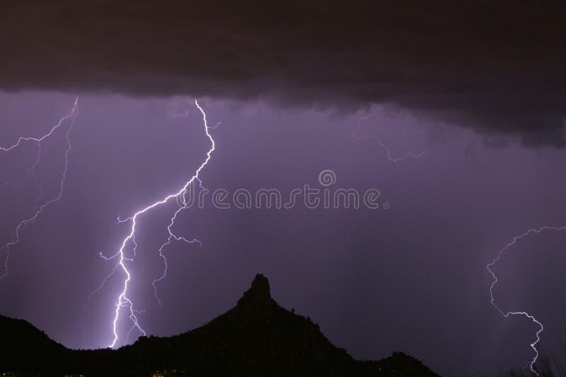поражать башенкы молнии пиковый стоковая фотография