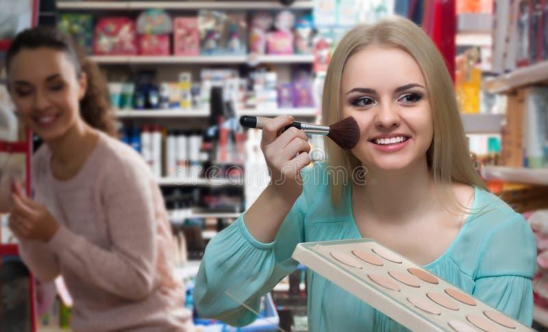 Порошок кожи женского клиента покупая стоковая фотография rf