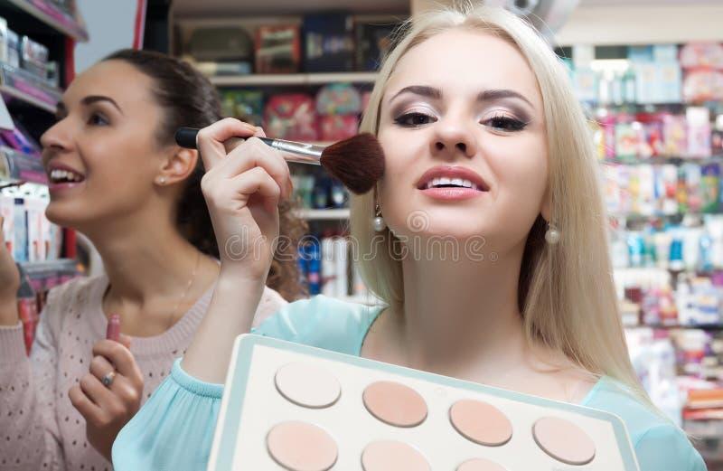 Порошок кожи женского клиента покупая стоковые фотографии rf