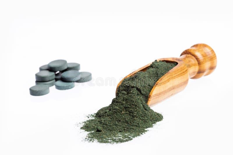 Порошок Spirulina и таблетки spirulina - здоровые диета superfood и концепция питания вытрезвителя o стоковые фото
