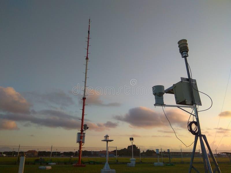 Портативная автоматическая метеорологическая станция в аэропорте Ngurah Rai под красивыми облаками altocumulus Этот инструмент им стоковая фотография rf