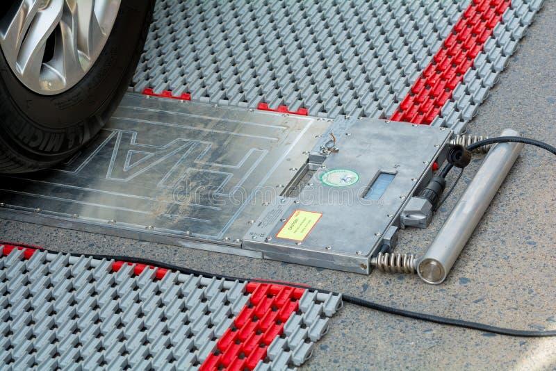Портативные масштабы нагрузки колеса для определять вес грузовых автомобилей стоковое фото
