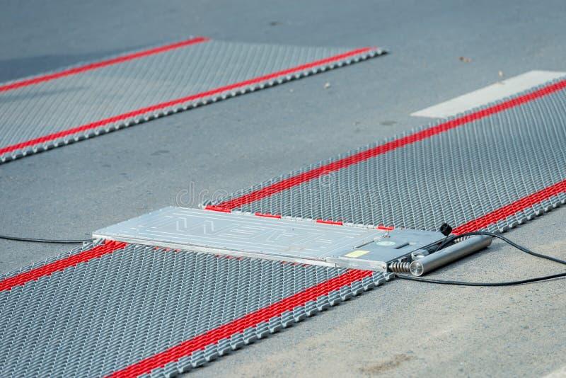Портативные масштабы нагрузки колеса для определять вес грузовых автомобилей стоковые фото