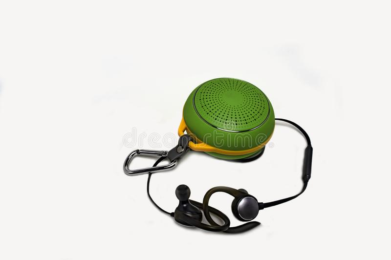Портативный акустический диктор и беспроводные наушники закрывают вверх стоковые фото