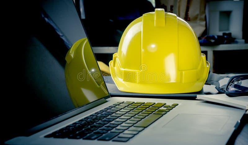 Портативный компьютер инженерства в офисе стоковые изображения rf
