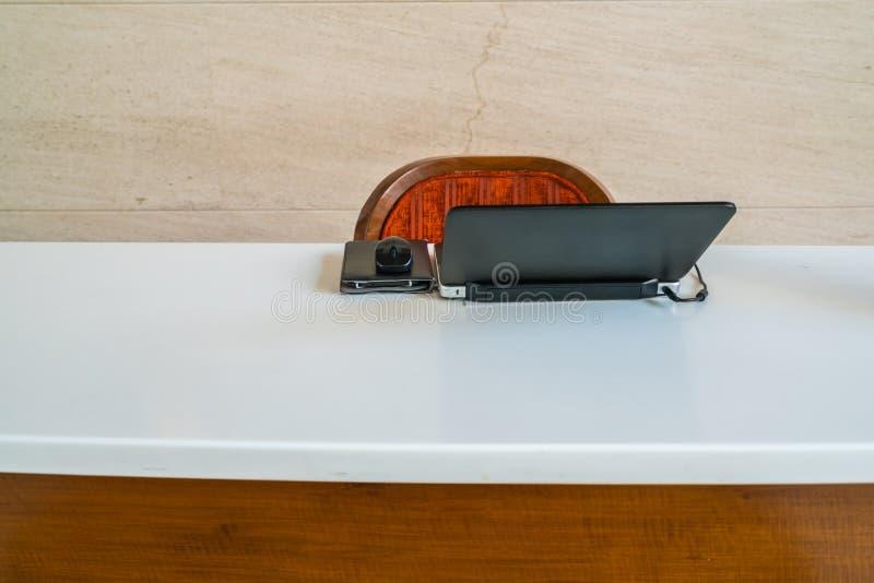 Портативный компьютер на деревянной таблице стоковое изображение