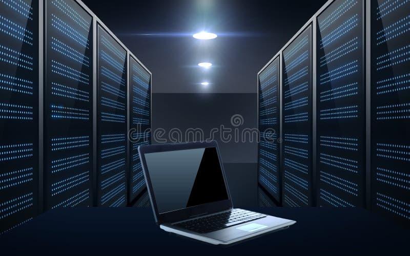 Портативный компьютер над предпосылкой комнаты сервера иллюстрация штока