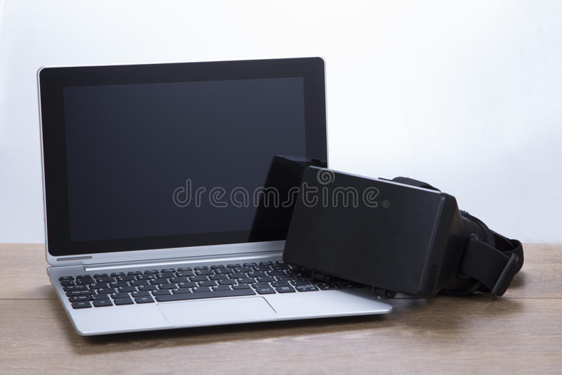 Портативный компьютер с изумлёнными взглядами виртуальной реальности 3d стоковое фото