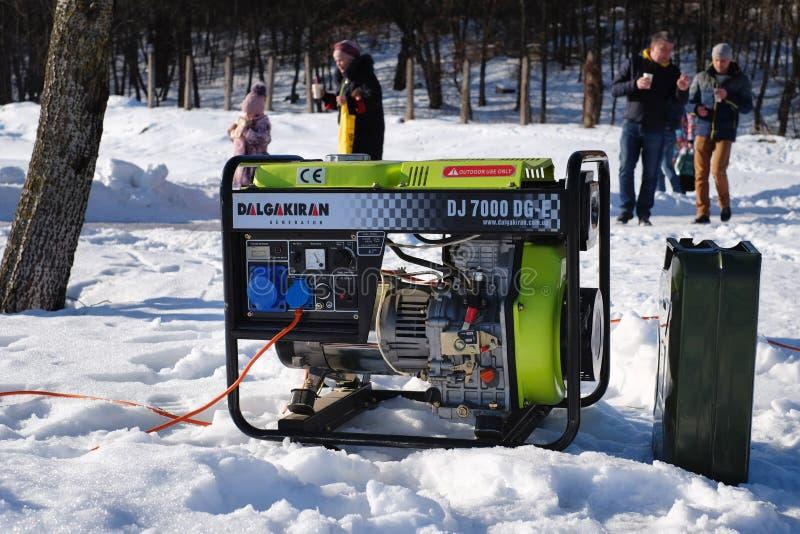 Портативный электрический генератор бежать в холодной зиме стоковое фото