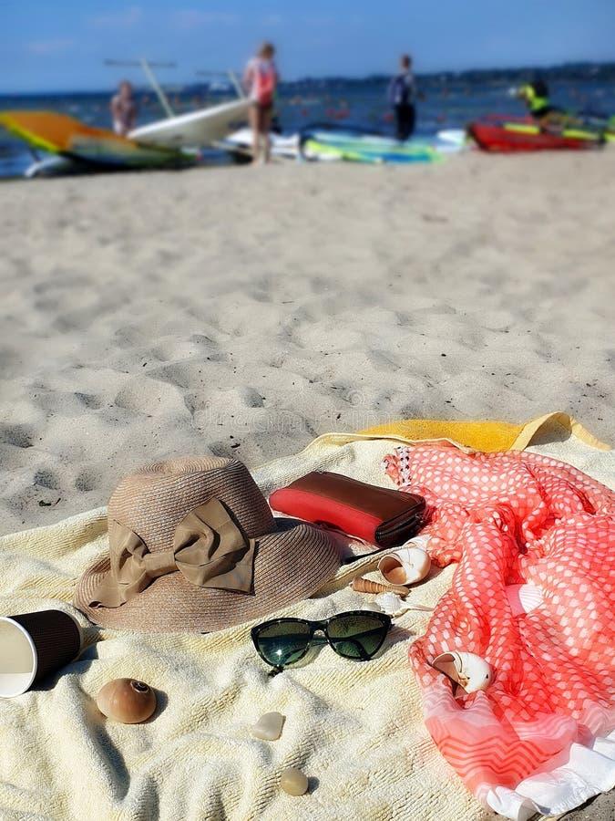Портмоне бумажника шляпы аксессуаров женщин пляжа лета перемещения каникул красное на желтых солнечных очках зеленого цвета полот стоковая фотография rf