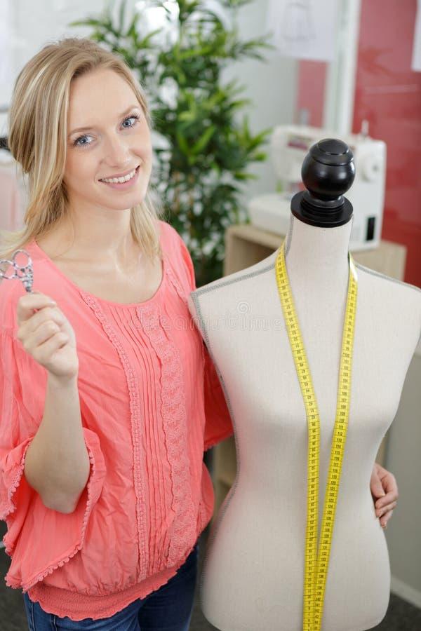 Портной женщины работая на новой одежде стоковые фото