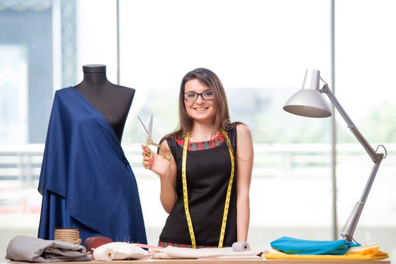 Портной женщины работая на новой одежде стоковое фото rf
