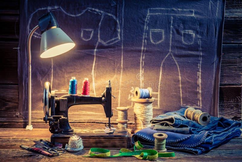 Портняжничайте мастерскую с швейной машиной, тканью и ножницами иллюстрация вектора